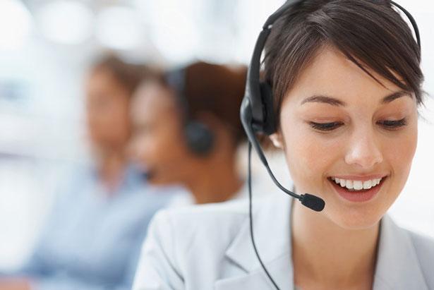 Девушка - онлайн консультант
